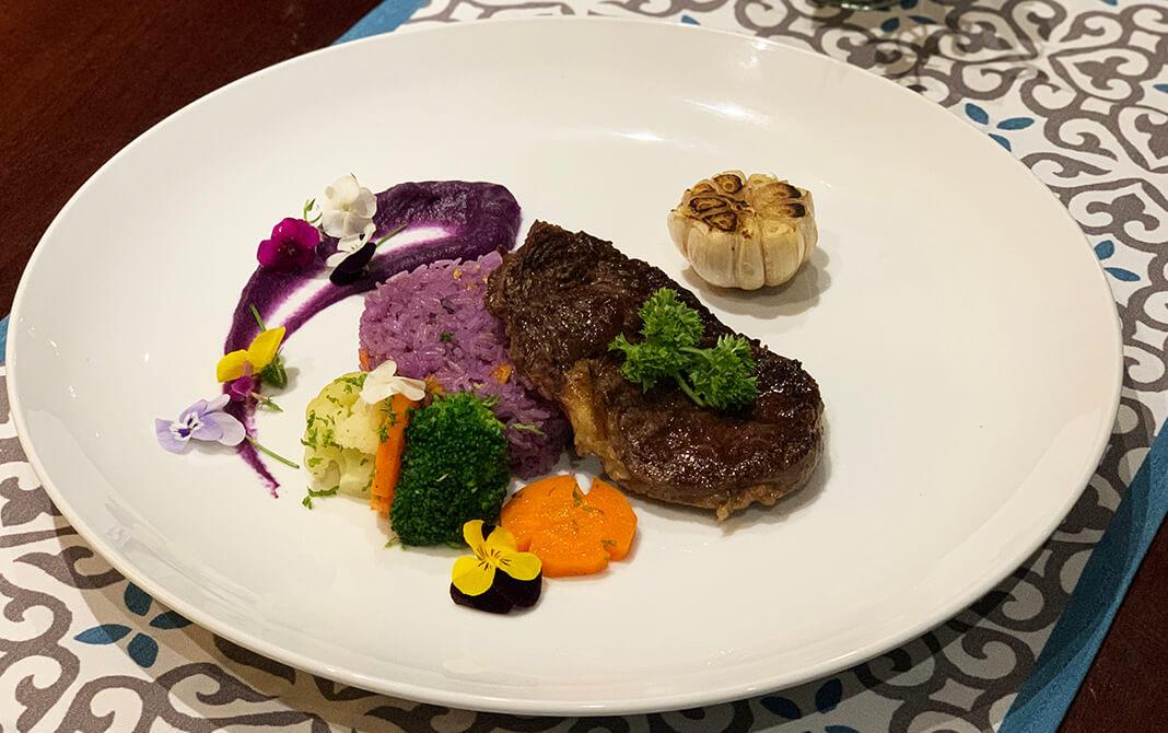 Steak bò Úc cơm chiên lá cẩm